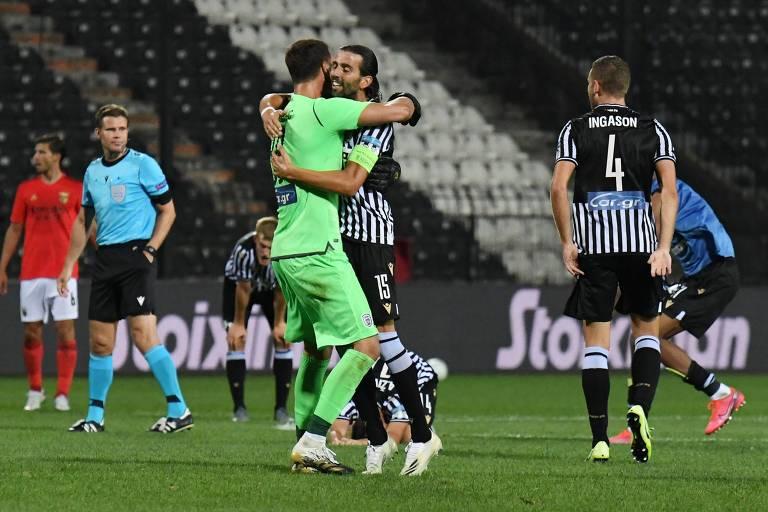 Jogadores do PAOK celebram a vitória sobre o Benfica, pela terceira fase eliminatória da Champions