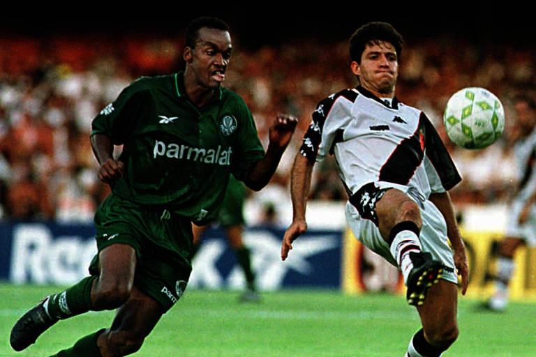 Ramon, em sua época de jogador do Vasco, é marcado por Pimentel, do Palmeiras