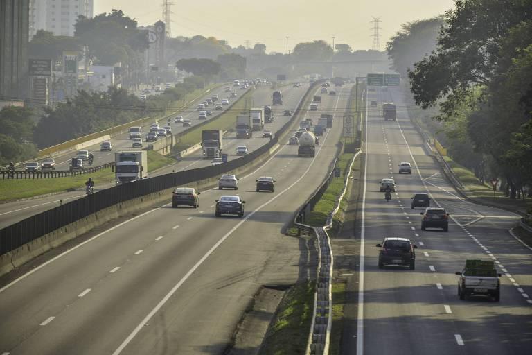 Vista do movimento de veículos na via Dutra em São José dos Campos (SP)