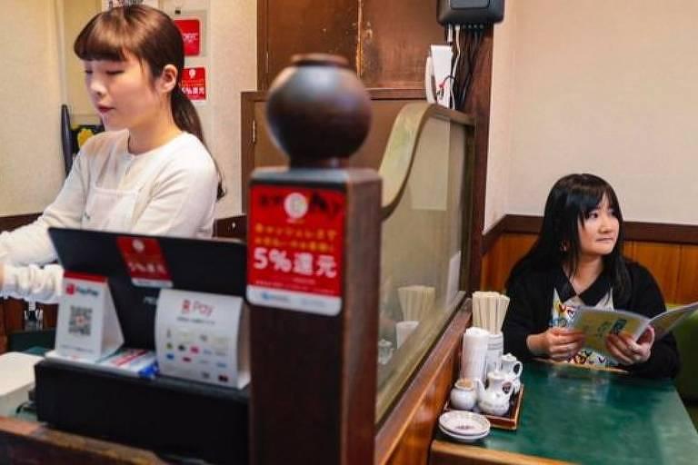 Cada vez mais os japoneses estão se sentindo à vontade para sair – e serem vistos – sozinhos