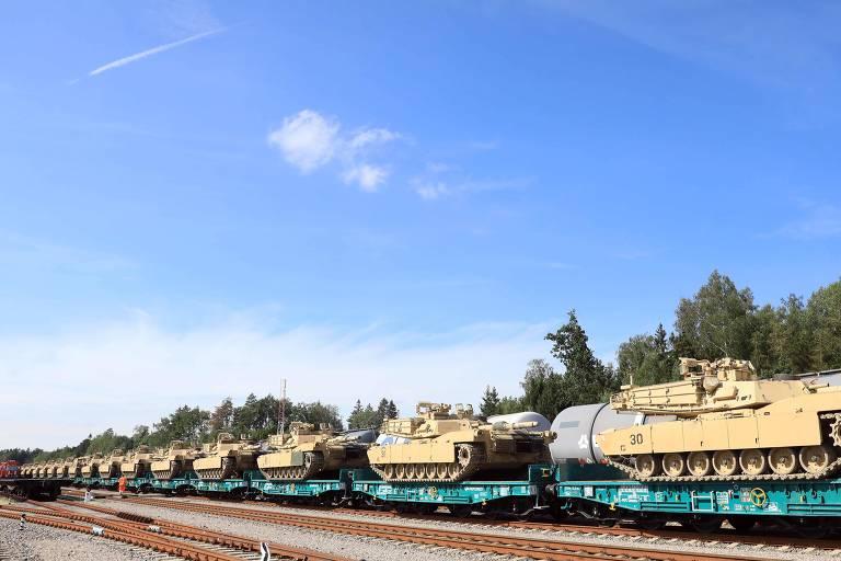 Tanques americanos Abrams a caminho de exercício militar na fronteira da Lituânia com a Belarus