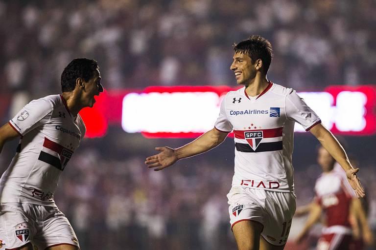Ganso e Calleri comemoram um dos gols do São Paulo sobre o River, em 2016, no Morumbi