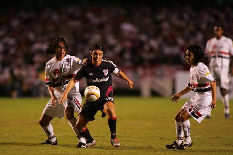 Gallardo, capitão do River, é marcado de perto por Renan e Josué na semi da Libertadores de 2005