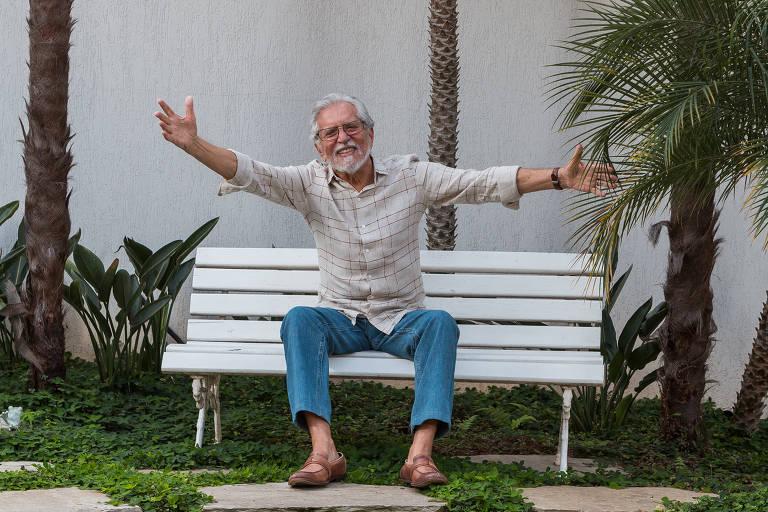 O apresentador Carlos Alberto de Nóbrega está gravando o Programa A Praça é Nossa no próprio quinta