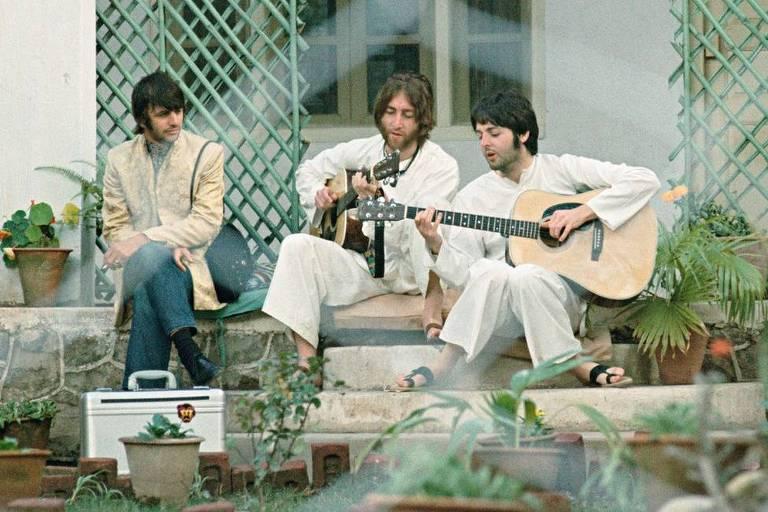 Homens tocam violão