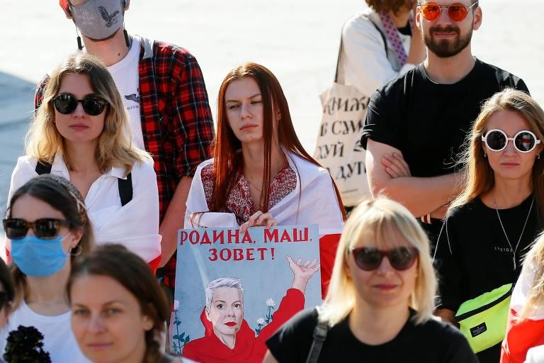 Manifestante com cartaz em apoio à opositora bielorussa Maria Kalesnikava durante protesto em Kiev, na Ucrânia