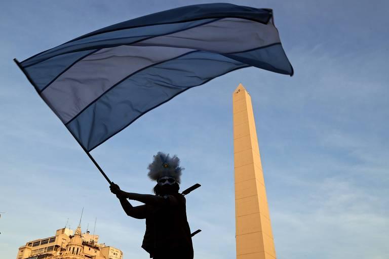 Manifestante argentino balança bandeira do país na capital Buenos Aires