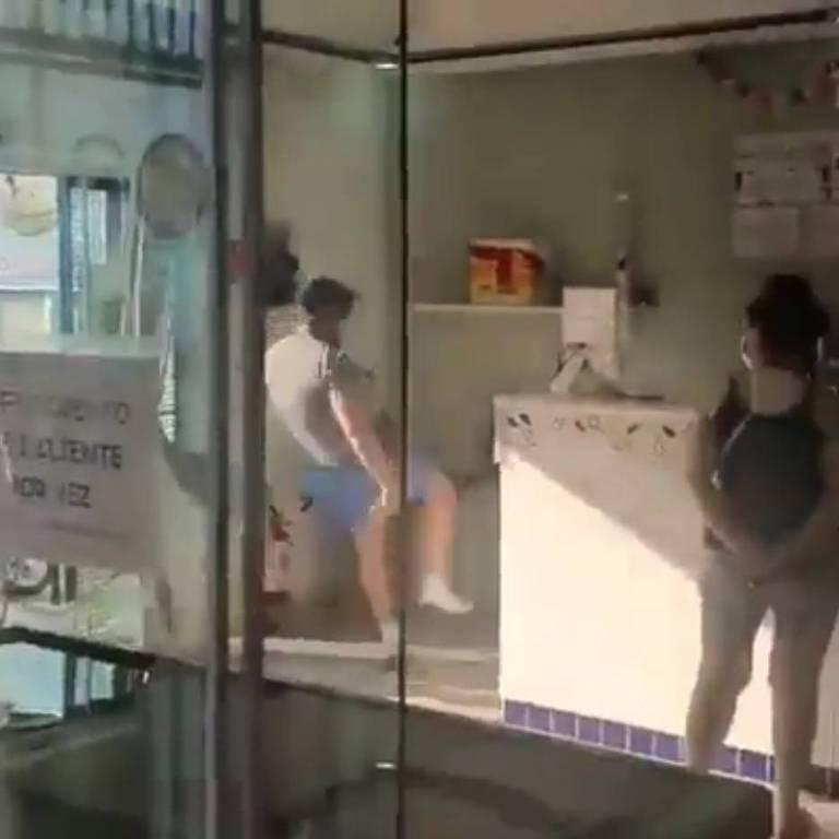 Homem discute com mulher e danifica sorveteria por causa do uso de máscara