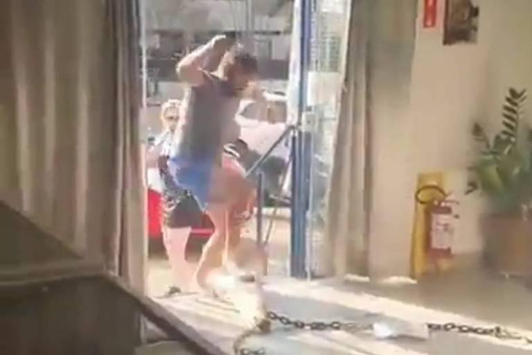 Cliente ofende dona de sorveteria por causa do uso de máscara; veja o vídeo
