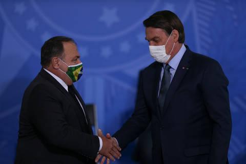 Bolsonaro condiciona democracia a militares em meio a pressão após derrota da vacina