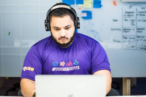 São Paulo, SP, Brasil, 20-06-2018: Gustavo Danilo Machado, 28, cientista de dados, no escritório da Youse, no Itaim. (Foto: Alberto Rocha/Folhapress)