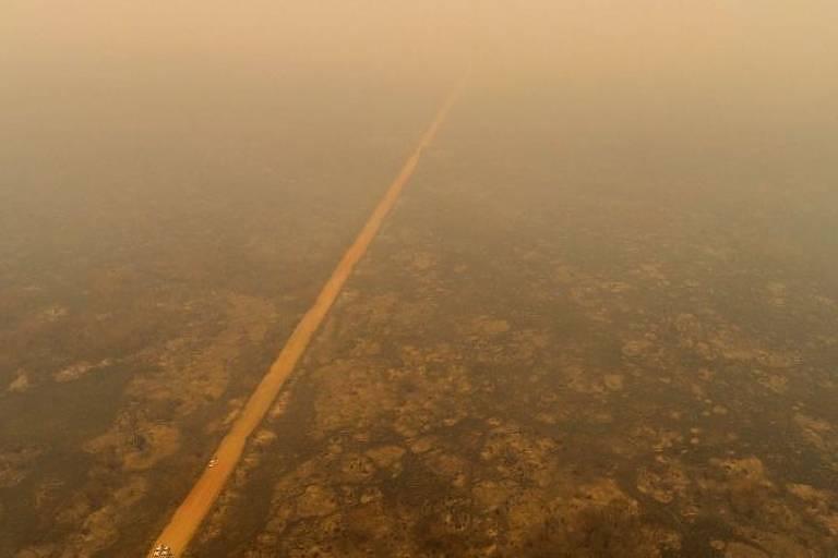 Estrada cheia de fumaça