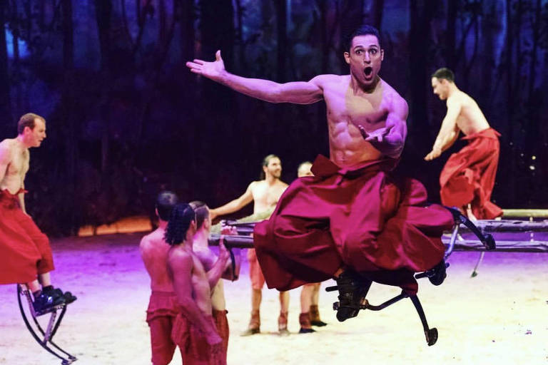 Lucas Altemeyer atuando pelo Cirque du Soleil