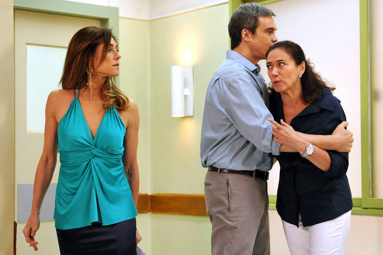 Tereza Cristina ( Lília Cabral ) fica feliz ao saber que patrícia perdeu o filho...Griselda ( Lilia Cabral ) dá um tapa na cara de Tereza.