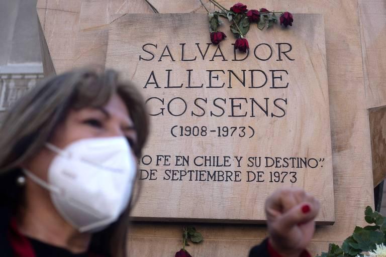 Ativista em defesa dos direitos humanos protesta em local próximo a memorial em homenagem ao presidente chileno Salvador Allende, em Santiago