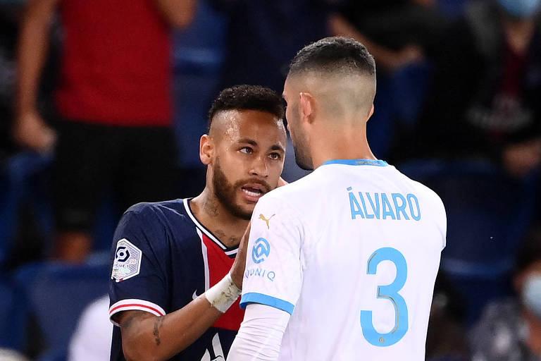 Neymar encara o adversário de perto, com o dedo levantado