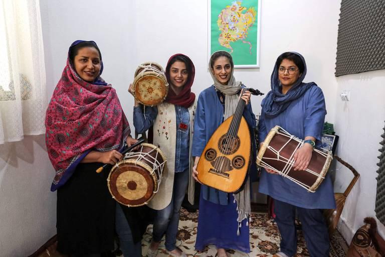 Banda formada só por mulheres enfrenta restrições e luta para ganhar espaço no Irã