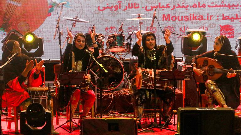 """Membros da banda de música feminina iraniana """"Dingo"""" (da esquerda para a direita) Malihe Shahinzadeh, Negin Heydari, Faezeh Mohseni e Noushin Yousefzadeh se apresentam juntas em um concerto durante o festival de """"música do Golfo Pérsico"""" organizado pelo Estado no Avini Hall no Irã Cidade portuária de Bandar Abbas, no sul do Golfo. A banda feminina """"Dingo"""" foi formada no final de 2016, mas sua apresentação em abril de 2019 foi apenas a segunda vez que eles puderam tocar para um público misto no festival em Bandar Abbas"""