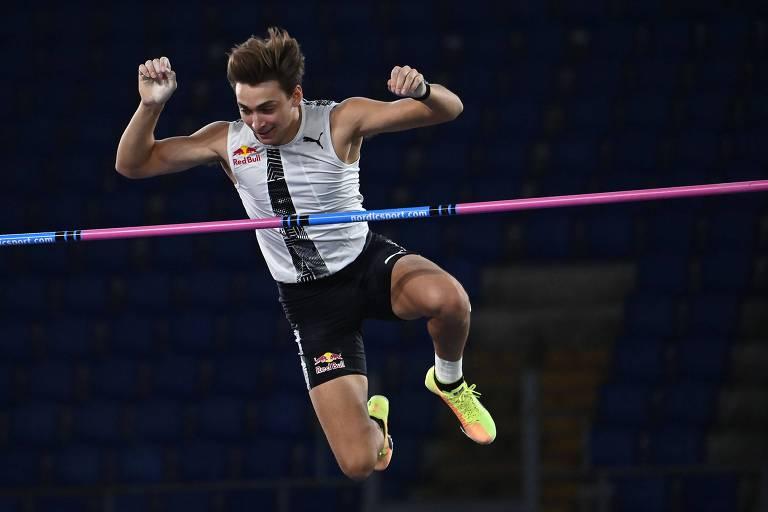Armand Duplantis durante a competição de salto com vara em Roma