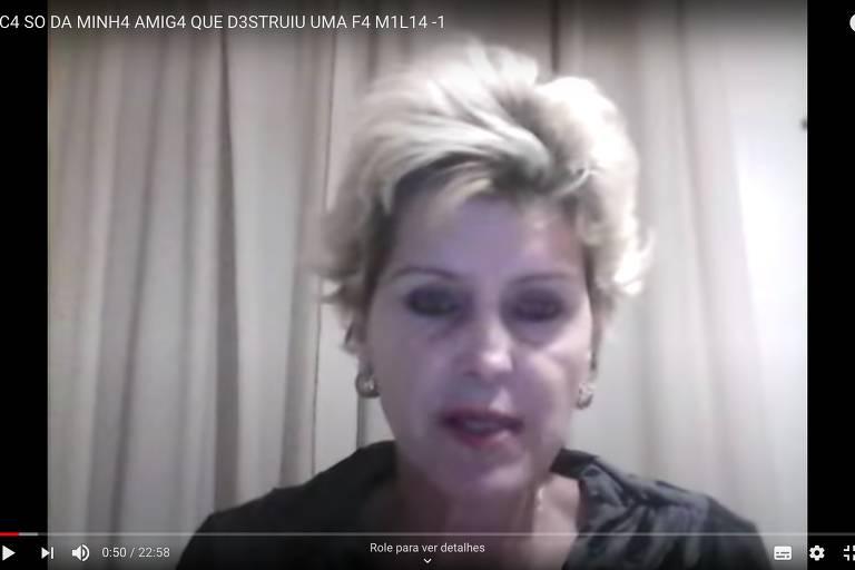 Mulher loira de cabelo loiro e curto fala olhando para a câmera em vídeo que traz desinformação sobre vacina contra o novo coronavírus