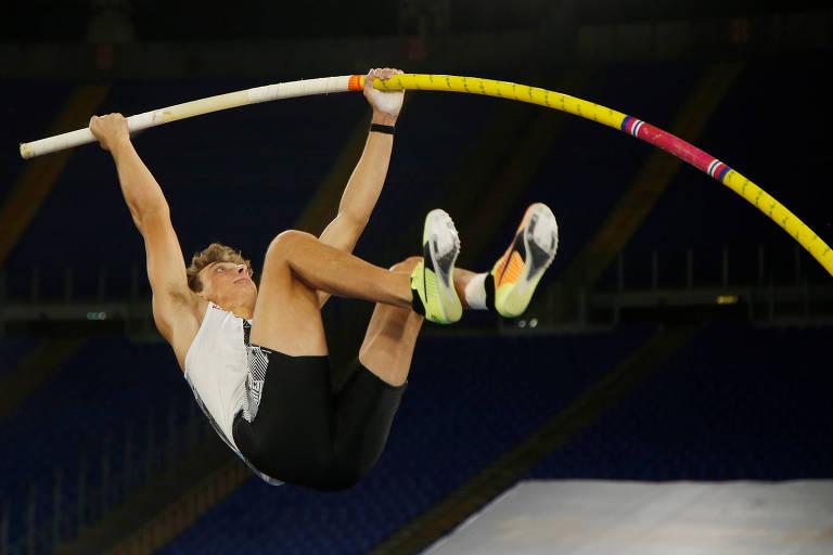 Armand Duplantis, 20, em ação durante a prova em que bateu a melhor marca ao livre do salto com vara, ao atingir 6,15 metros