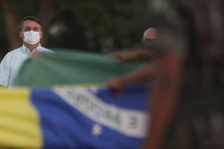 O presidente Jair Bolsonaro participa de cerimônia de hasteamento da bandeira do Brasil no Palácio da Alvorada, em Brasília