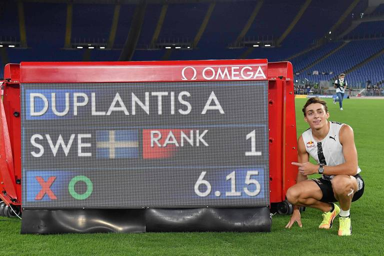 Armand Duplantis posa em frente ao placar após quebrar o recorde mundial de Sergei Bubka, em 2020, na etapa de Roma da Liga Diamante