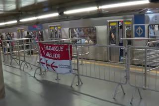 O Metrô de São Paulo instalou gradis para tentar controlar o fl