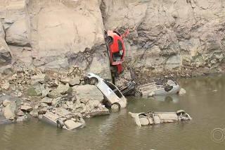 Cerca de 15 carros aparecem em pedreira desativada após diminuição do nível de água