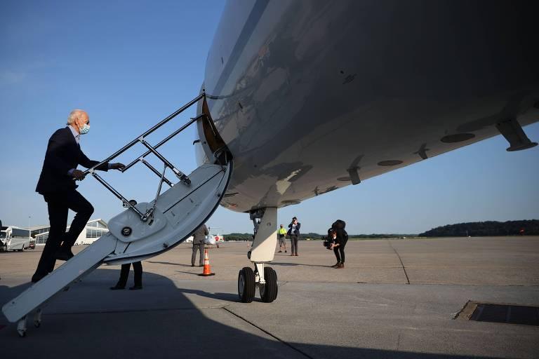 O candidato democrata à presidência dos EUA, Joe Biden, embarca em avião na Pensilvânia após se reunir com líderes sindicais