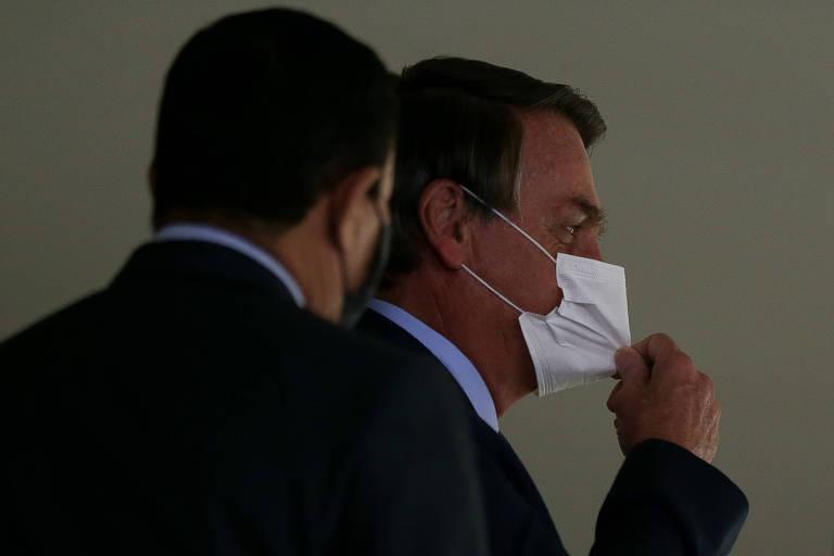 O presidente Jair Bolsonaro, ao lado do vice Hamilton Mourão, durante posse do ministro da Saúde, Eduardo Pazuello, no Palácio do Planalto