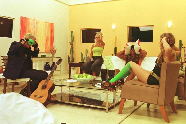 """Supla, Mari, Alexandre Frota e Bárbara Paz, que participaram do programa """"Casa dos Artistas"""", durante gravação de comercial do Ponto Frio, em Jacarepaguá, Rio, em 2010"""