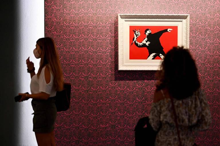 Obra 'The Flower Thrower', em exibição na mostra 'Um Protesto Visual', em cartaz em Roma, no Chiostro del Bramante