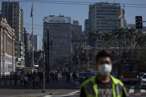 Puxado por SP, Brasil entra em estágio desacelerado da Covid pela 1ª vez, mostra monitor da Folha