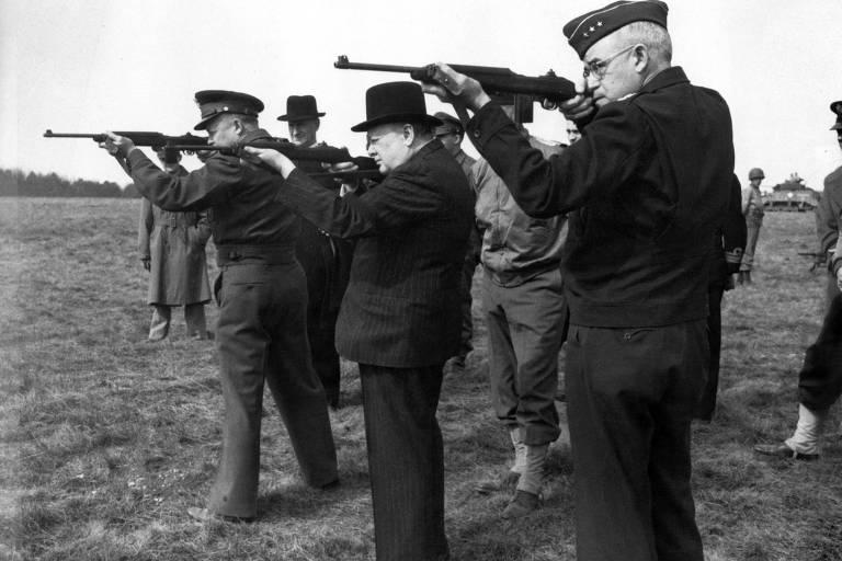 Homens seguram armas