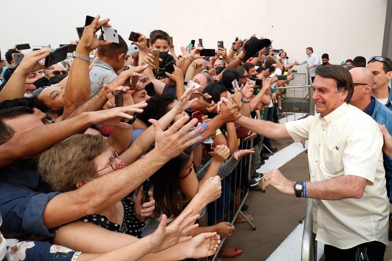 Presidente Jair Bolsonaro cumprimenta apoiadores durante chegada a Sinop, no Mato Grosso