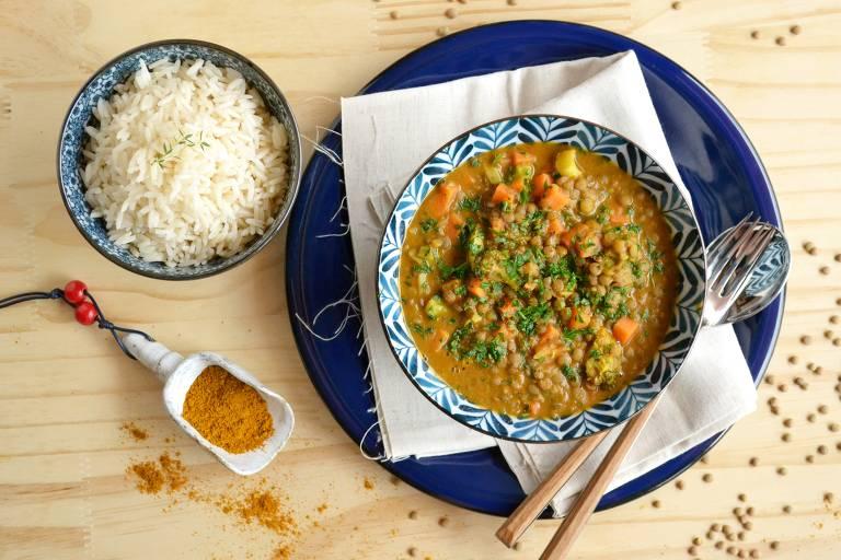 Curry de lentilha e legumes com leite de coco