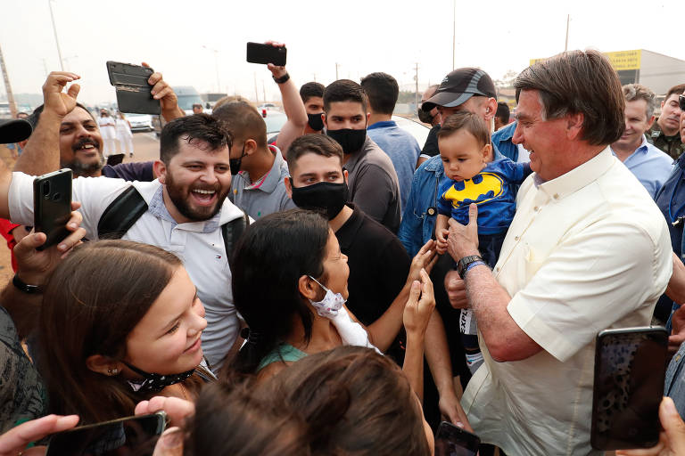 Sem máscara, o presidente da República Jair Bolsonaro (sem partido) cumprimenta apoiadores durante chegada a Sinop. Bolsonaro visitou a Usina de Etanol de Milho da Inpasa