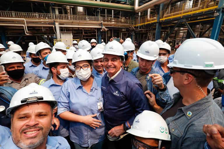 Sem máscara, o presidente da República Jair Bolsonaro (sem partido) cumprimenta funcionários da Usina de Etanol de Milho da Inpasa