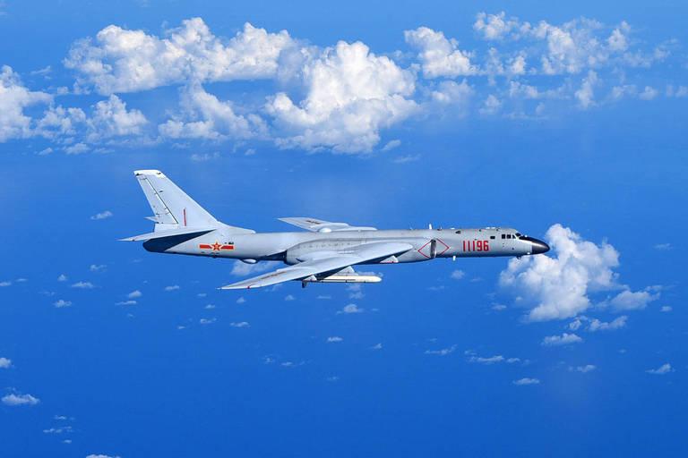 China faz demonstração de força militar e envia 18 aviões contra Taiwan