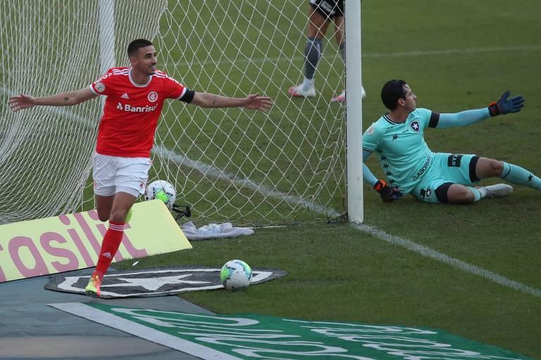 Thiago Galhardo celebra gol contra o Botafogo, clube que ele já defendeu na carreira