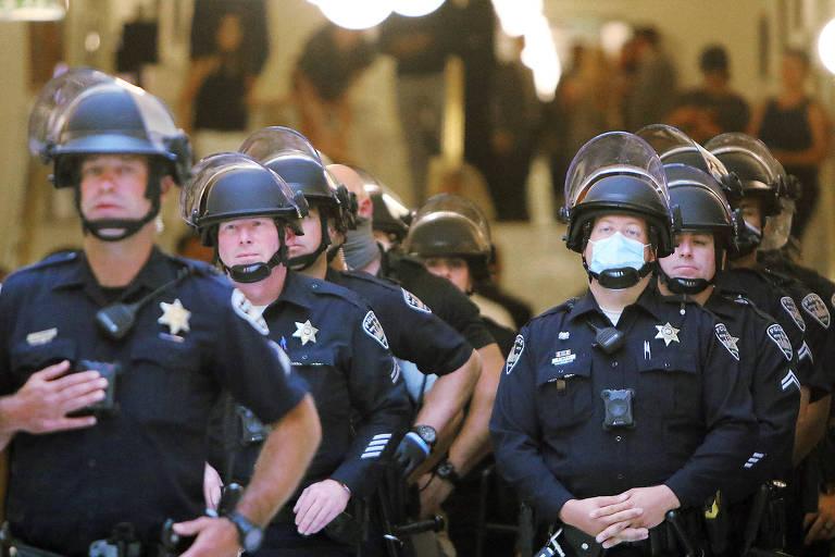 Policiais na cidade de Boise, no estado de Idaho, do lado de Lincoln Auditorium
