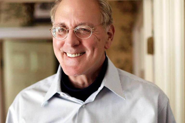 Homem com óculos sorri
