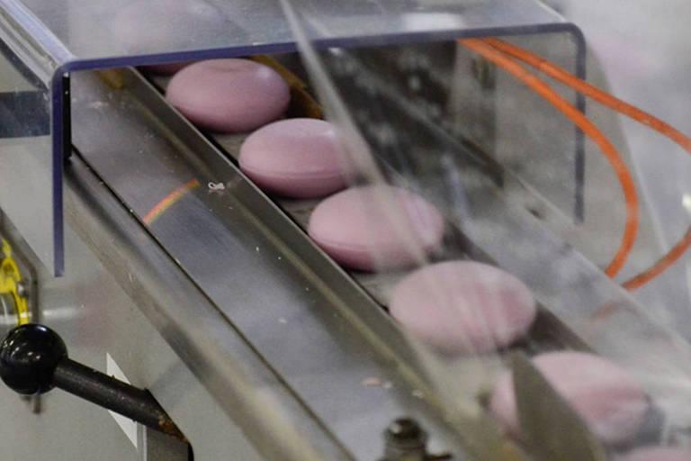 Linha de produção de sabonetes em fábrica da Sinter Futura em Monte Mor (SP)