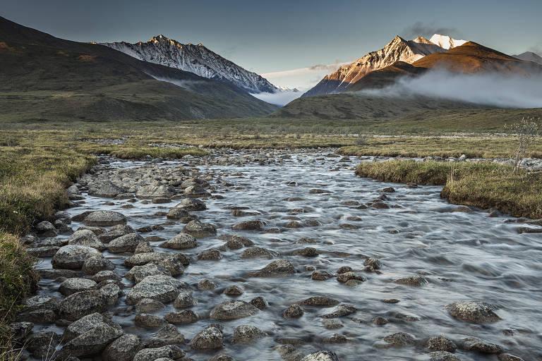 O riacho Kolotuk, próximo às montanhas Romanzof, no Refúgio Nacional de Vida Selvagem do Ártico, no Alasca