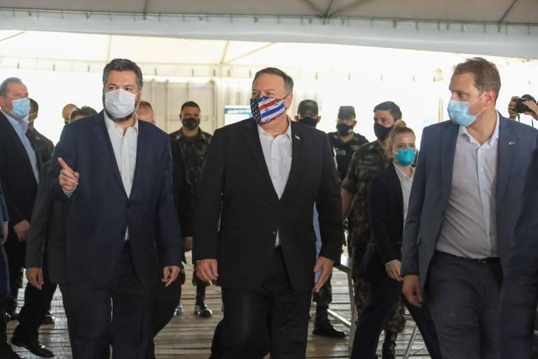 O ministro de Relações Exteriores, Ernesto Araújo (esq.), se encontra com o secretário de Estado dos EUA, Mike Pompeo, em Boa Vista