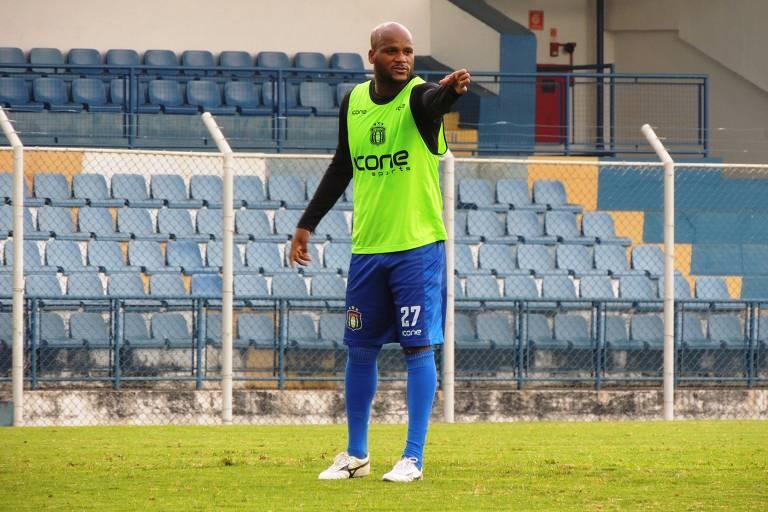O zagueiro Domingos, de 34 anos, em treino do São Caetano; jogador já atuou em 6 partidas na temporada e confia no acesso do clube paulista