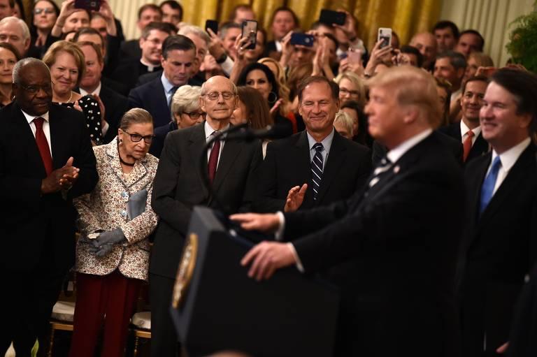 Juízes da Suprema Corte Clarence Thomas (esq.), Ruth Bader Ginsburg (de terno claro), Stephen Breyer (centro) e Samuel Alito comparecem a discurso de Trump durante a posse de Brett Kavanaugh (dir.), em 2018