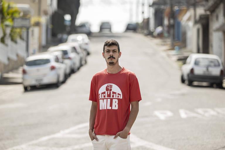 Rapaz de camisa vermelha no meio de uma rua