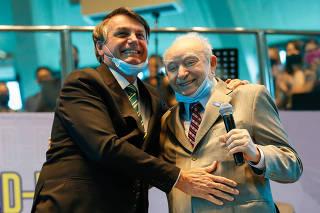 Jair Bolsonaro recebe os cumprimentos do Bispo Manoel Ferreira